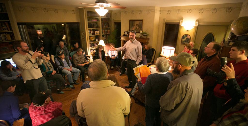 """""""Möte mellan grannar"""". Väljare debatterar under ett nomineringsmöte i Silver City, Iowa, i årets första valomgång. Foto: Dave Weaver/AP."""
