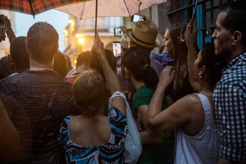 Obama i Havanna. Kubanerna kämpar för att få en skymt av den amerikanska presidenten. Foto: MAGNUS WENNMAN