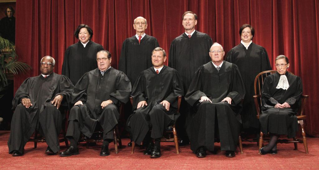 Nio personer utgör den mäktiga Högsta domstolen. Just nu är platsen efter Antonin Scalia (nedre raden näst längst till vänster) vakant. Foto: AP